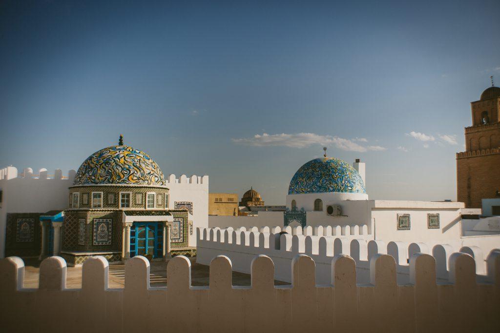 Image d'architecture tunisienne: des dômes décorés sur fond de ciel bleu.